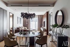 Столовая-гостиная. Обеденный стол и консоль, Meridiani; стулья, Poliform; зеркало, Cattelan Italia; люстра, Brand Van Egmond; встроенные светильники, Centrsvet; межкомнатные двери, Rimadesio.