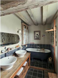 baignoire grise dans un petit coin
