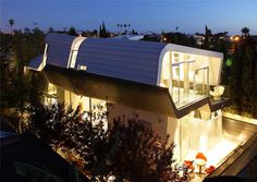The Skywave House is a metallic undulating structure located in Venice, California– just within the Los Angeles area. Built by architect Anthony Coscia of Coscia Day Architecture and Design, this home is like a gorgeous art gallery that's certainly reminiscent of Frank Ghery's famous works.