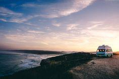 Lust auf einen #Surf #Roadtrip? Wir haben #Portugal mit dem Camper erkunden und viele Tipps für das Vanlife. Auf www.lilies-diary.com Amsterdam, Portugal, What Makes You Happy, Roadtrip, Places To Travel, Cool Pictures, Around The Worlds, Ocean, Clouds