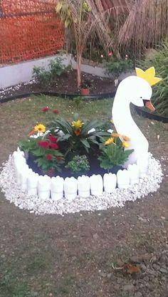 Garden ornament with pet - Enid Jalalifarahani - Diy - Garten Design - Duitsland decor Diy Garden Projects, Garden Crafts, Yard Art, Plastic Bottle Art, Bottle Garden, Garden Deco, Flower Pots, Flowers, Garden Ornaments
