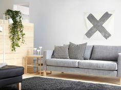 Divano a tre posti KARLSTAD con fodera Isunda grigio e tavolino IKEA PS 2012 in bianco/bambù