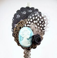 Diadema Bixut- Camafeo, plumas, flores de tela , lazos y piezas de metal. Diy Flowers, Brooch, Floral, Earrings, Jewelry, Fabric Flowers, Feathers, Fascinators, Head Bands