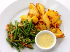 Fazolky na slanině s pečenými brambory a koprovým dipem Healthy Diet Recipes, Thai Red Curry, Hummus, Dip, Ethnic Recipes, Food, Fitness, Salsa, Diet Recipes