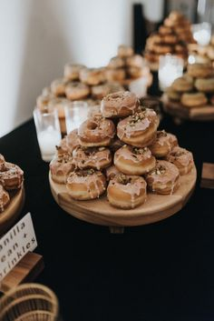 Wedding Reception Food Wedding reception treats for the couples who have a sweet tooth! We are drooling over these different types of donuts that are a great addition to a wedding cake or a late night wedding snack. Donut Bar Wedding, Wedding Snacks, Wedding Appetizers, Wedding Reception Food, Wedding Sweets, Wedding Catering, Wedding Cake, Reception Ideas, Wedding Stuff