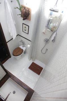 Soluções para pequenos banheiros. Love this bathroom all in one! Want to do this for the deck/pool bathroom!
