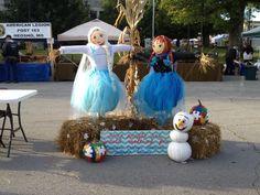 Frozen Scarecrow Display Scarecrow Festival, Diy Scarecrow, Fall Scarecrows, Halloween Parade, Halloween Themes, Halloween Decorations, Fall Decorations, Disney Frozen, Girl Scouts