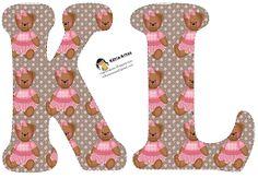 Oh my Alfabetos!: Alfabeto de osita sentada en fondo marrón con flores rosadas.