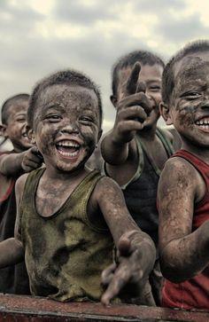 La felicidad es el fin ultimo de los seres humanos, lo que más se busca, sin embargo es distinto para cada persona.