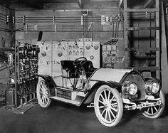 HISTORIA DE LOS COCHES ELÉCTRICOS. 1880-1920. Los coches eléctricos no son una innovación reciente. Han existido desde que existen los propulsados por motores