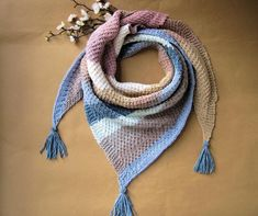 This homemade clockby scarf triangle is made of cotton with waffle pattern and fringe. Material: cotton Colour: Pastel colours colorful (blue and pink) Washable at 40 °f Hand Wash GR: About length 145 cm Pastel Colors, Colours, Shops, Triangle, Etsy Shop, Pattern, Cotton, Pink, Blue