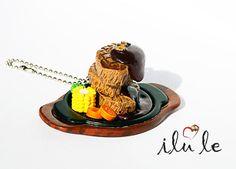 брелок подвеска мясо с гарниром в тарелке еда в тарелке от IluLe