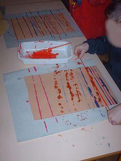 Peinture de lignes horizontales à l'aide de ficelles pleines de peinture. Poser la ficelle et la faire légèrement glisser pour déposer la peinture. Fonctionne aussi avec les lignes verticales. PSIC#. Graphisme# en maternelle#