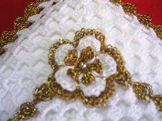 Detalhe da flor:   Boa Noite ... Essa semana procurei, aqui na minha região, uma linha dourada... encontrei essa. Consegui fazer o crochê c...