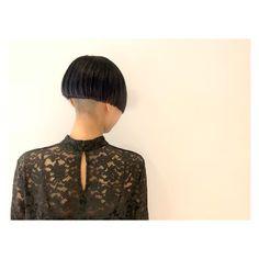 ▶︎▶︎▶︎✂︎. . 真っ赤な髪色から1カ月後。 . ほんのり残った赤みを生かしつつ 消すようにカラーリング。 . 濃いブルーグレーを入れて グレーバイオレットに。 . . 刈り上げ0㎜。 前髪にもエッジを✂︎ . . . . #hairstyle#haircolor#bob#shorthair#navyhair#fashion#mode #ヘアカラー#ダブルカラー#ボブ#刈り上げ#ショートボブ#ネイビー#グレーバイオレット#バイオレットカラー#ファッション#モード