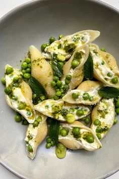 La recette des conchiglioni à la ricotta et aux petits pois | Vogue Paris Vegetarian Lifestyle, Vegetarian Recipes, Healthy Recipes, Beginner Vegetarian, Healthy Breakfast Menu, Healthy Eating, Eat Better, English Food, Food For Thought