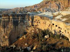 La cité la plus ancienne du monde. Cette découverte se situe sous la colline abritant l'ancien château byzantin de la ville de Nevşehir. La cité étant creusée dans une roche naturelle, il est encore difficile de la dater précisément mais certaines sections remonteraient, selon les premières estimations, à 5.000 ans av. J-C.