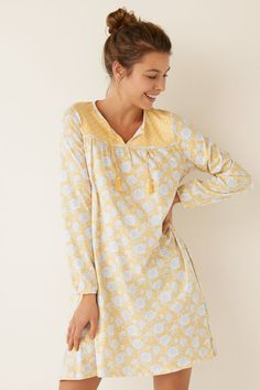 Short cotton nightgown with floral print. Cut yoke, long-sleeved and round neck. Give a naïve touch to your dreams. Nightgowns For Women, Sleepwear Women, Beauty Make Up, Nightwear, Night Gown, Lounge Wear, Sportswear, Floral Prints, Dressing