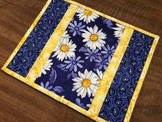 Quilted mug rug, daisy mug mat, snack mat, candle mat, trivet, Quiltsy handmade, Item #239
