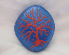 Peint rock - conception métallique fleur bleu sur fond jaune / orange  Peint avec des peintures acryliques. Finition brillant. Taille environ 2,5 x 2,5 x 0,75 pouces.  Merci de visiter ma boutique PlaceForYou