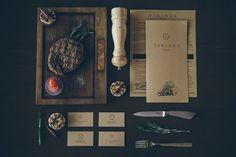 FormaLine & Tibor Tovt ont imaginé tout l'identité graphique du restaurant & pub Veranda situé en Ukraine. Toute une déclinaison d'une grande qualité, collant magnifiquement avec l'ambiance cosy de ce restaurant spécialisé dans la gastronomie locale et les pièces de viandes. Plus d'images dans la suite.