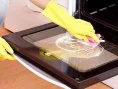 Una parte del forno che di solito si fa fatica a pulire efficacemente è l'interno del vetro. Grasso, unto e schizzi di cibo, oltre a sporcarlo, lo rendono opaco e difficile da pulire. Ecco un metodo veloce per farlo tornare splendente: fai un composto molto denso di bicarbonato e detersivo per i piatti (ecologico o