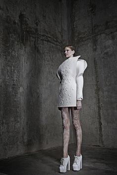 Collection Utopyia, 2011, photo Maja Slavec Sombre et futuriste, vous voici dans l'univers d'Anja Dragan. Cette jeune designer slovène encore étudiante a pourtant un style déjà bien déf…