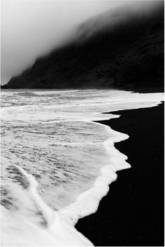 Fotos strand, black sand, black and white beach, black ocean, black and whi Landscape Photography, Nature Photography, Photography Ideas, Photography Wallpapers, Dreamy Photography, Photography Women, Color Photography, Usa Tumblr, Black And White Aesthetic