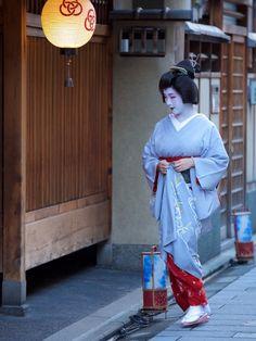 August 2016: Young Geiko Korin (Kaden Okiya) of Miyagawacho coming home to her okiya from an engagement. Source: Tiger123 - Blog
