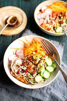 Nouille soba au poulet grillé à l'asiatique et salade croquante