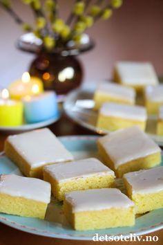 """Lyst til å lage noe veldig godt til helgen? Da kan jeg anbefale """"Lemonies""""! Kakene kalles også for """"Lemon Brownies"""", og navnet passer, for dette er virkelig gode sitronkaker som har samme myke, kompakte konsistens som Brownies. Like enkle å lage er de også! Er du glad i sitronkaker, må du ikke gå glipp av denne oppskriften! Min nye favorittkake!"""