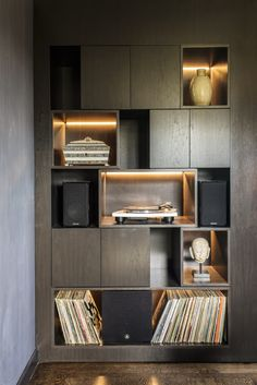 Moedern wall unit in executive office at the San Francisco Decorators Showcase House Antiques. Modern Home Interior Design, Home Office Design, House Design, Office Designs, Office Cabinet Design, Shelving Design, Bookshelf Design, Muebles Living, Office Interiors