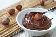 How to make homemade Nutella. Nutella spread with hazelnuts Homemade Nutella Recipes, Vegan Recipes, Nuss Nougat Creme, Nutella Spread, How To Roast Hazelnuts, Hazelnut Spread, Chocolate Hazelnut, Nutella Chocolate, Chocolate Cream