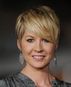 Sep 2014 - Jenna Elfman Dangling Diamond Earrings - Jenna Elfman wore a pair of dramatic diamond-encrusted earrings at the premiere of 'In Time. Modern Short Hairstyles, Pixie Hairstyles, Trendy Hairstyles, Wedding Hairstyles, Short Hair Styles, Hair Tips Dyed Red, Chubby Face Haircuts, Dark Brunette Hair, Blonde Balayage Highlights