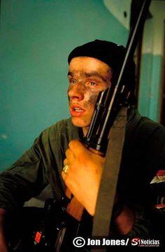 O reflexo de um soldado da guerra da Bósnia