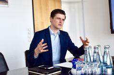 Julien Backhaus im Gespräch im Konferenzraum