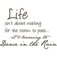 La vida no espera a que pase la tormenta... hay que aprender a bailar bajo la lluvia