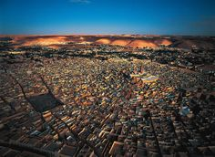 Ghardaïa (Arabic: ولاية غرداية , Mozabite: :Ghardaïa in Tifinagh.svg) is a wilaya in eastern Algeria, named after its capital Ghardaïa. The M'Zab Valley, located there, is a UNESCO World Heritage Site. Jeremy Bentham, Le Corbusier, The Beautiful Country, Beautiful Places, Places Around The World, Around The Worlds, Desert Sahara, Site Classé, Les Religions