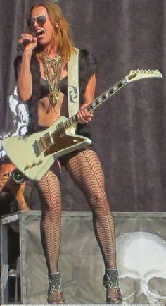 Lzzy Hale ✾ of Halestorm Chica Heavy Metal, Heavy Metal Girl, Guitar Girl, Female Guitarist, Female Singers, Mtv, Ladies Of Metal, Rocker Chick, Rocker Girl