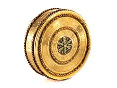 Deckel, Boden und Rand fein guillochiert. Mit aufgelegten umziehenden Golddrahtkordeln, im Zentrum des Deckels fein ziselierte Blattrosette. Am Boden und Rand ...