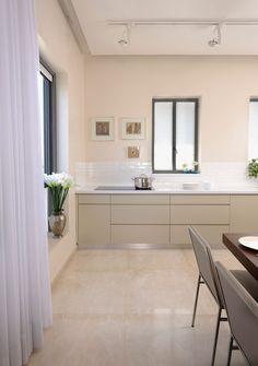 מתחילים מחדש: דירה מעוצבת בגוונים בהירים | בניין ודיור