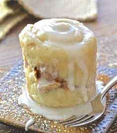 This single serving, oil-free Cinnamon Roll in a Mug is like magic. It's so easy & perfect for when those sweet cravings hit & you NEED dessert, like now! # mug cake Cinnamon Roll in a Mug Microwave Mug Recipes, Mug Cake Microwave, Baking Recipes, Cake Recipes, Dessert Recipes, Easy Microwave Desserts, Microwave Breakfast, Recipes Dinner, Vegan Recipes