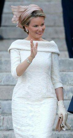The Belgian Inauguration ceremony. The new Queen, Belgium-born Queen Mathilde, looked her usually elegant self in a white Natan dress and rose beige hat by Fabienne Delvigne. Elegant Dresses, Casual Dresses, Short Dresses, Formal Dresses, Wedding Dresses, Royal Fashion, Fashion Show, Fashion Outfits, Lace Dress