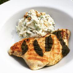 1/4 bulvy celeru oloupáte a nastrouháte na hrubo na dlouhé kousky.Nakrájíte 5 řapíků celeru  cca 10 cm dlouhých - na kroužky.Nakrájíte jedno... Pesto, Chicken, Food, Meal, Essen, Hoods, Meals, Eten, Cubs