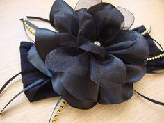 Faixa em meia de seda preta, flor em camadas preta com aplicação de stras,  Disponível nas cores rosa bebe, branca , vermelha, azul marinho e nude  Informe a idade da sua princesinha.