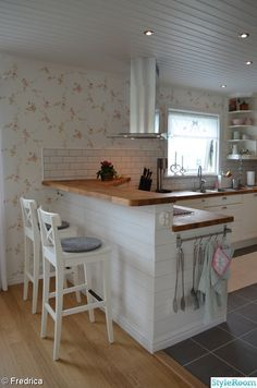 56 suprising small kitchen design ideas and decor 9 56 suprising small kitchen design ideas and deco Little Kitchen, New Kitchen, Kitchen Interior, Kitchen Dining, Kitchen Decor, Kitchen Cabinets, Kitchen Ideas, Kitchen With Bar Counter, 10x10 Kitchen