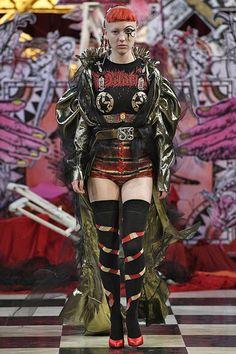See all the Collection photos from Dilara Findikoglu Spring/Summer 2018 Ready-To-Wear now on British Vogue Punk Fashion, Runway Fashion, High Fashion, Fashion Show, Fashion Outfits, Fashion Design, Lolita Fashion, Fashion Boots, Street Fashion