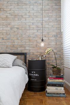 Tambor da Chanel e luminária pendente dá toque industrial ao quarto