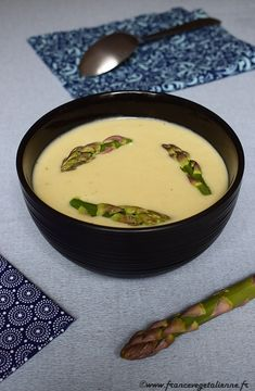 Velouté d'asperges blanches, décoration pointes d'asperges vertes (recette végane) Vegan Banana Bread, Chocolate Banana Bread, Fraisier Recipe, American Burgers, Naan Pizza, Naan Recipe, Pork Buns, Burger Buns, Strawberry Cakes