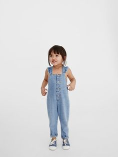 Denim dungarees with a straight-cut neckline and ruffled straps. Turn-up hems with a floral print. Boys Fall Fashion, Fall Fashion Outfits, Toddler Fashion, Salopette Jeans, Zara Home Stores, Baby Dress Design, Denim Dungarees, Zara Kids, Stylish Kids
